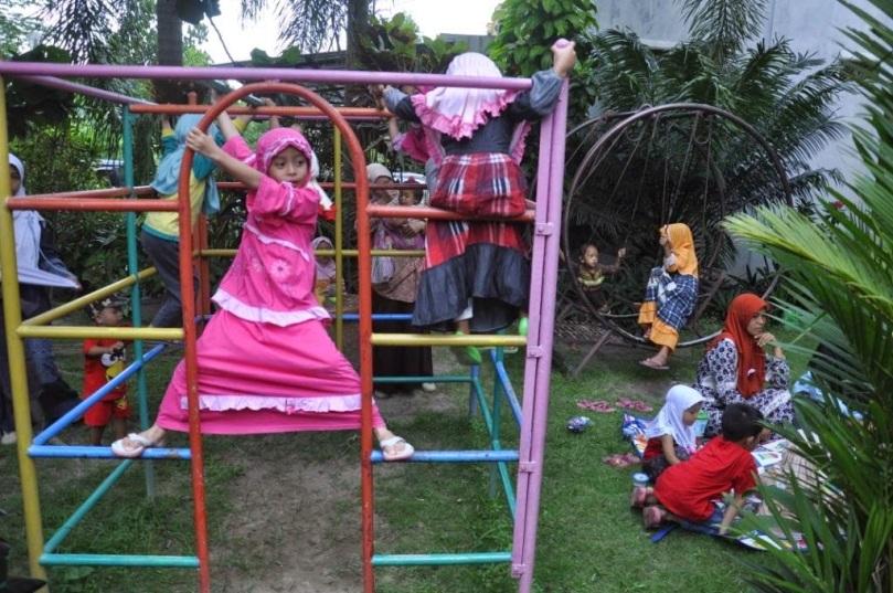 Anak-anak bebas bermain (gambar saya pinjam dari blog Mbak Ida)