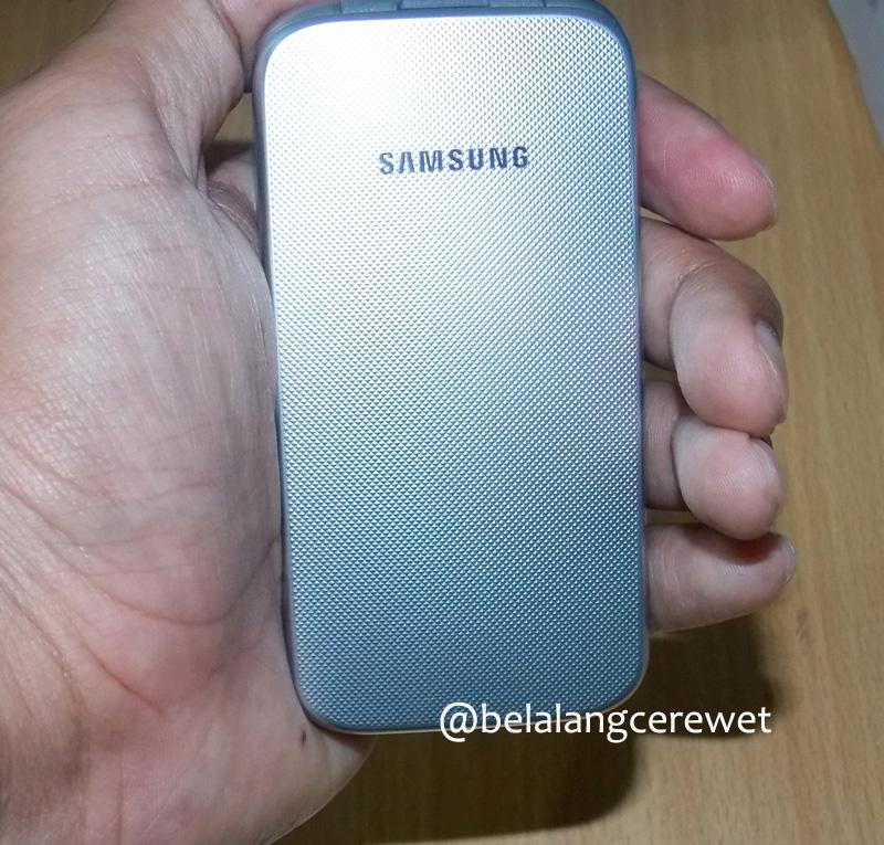 Karena tidak terlalu besar, maka Samsung ini nyaman digenggam juga dikantongi.