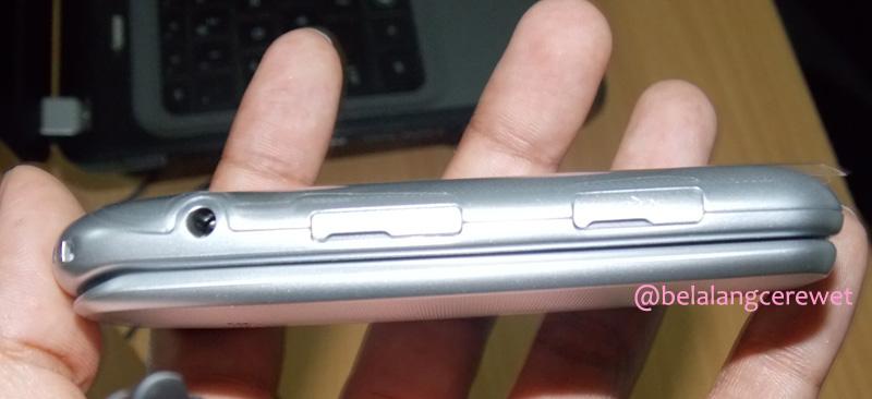 Sisi kiri tempat di mana slot memori tambahan dan port charger berada