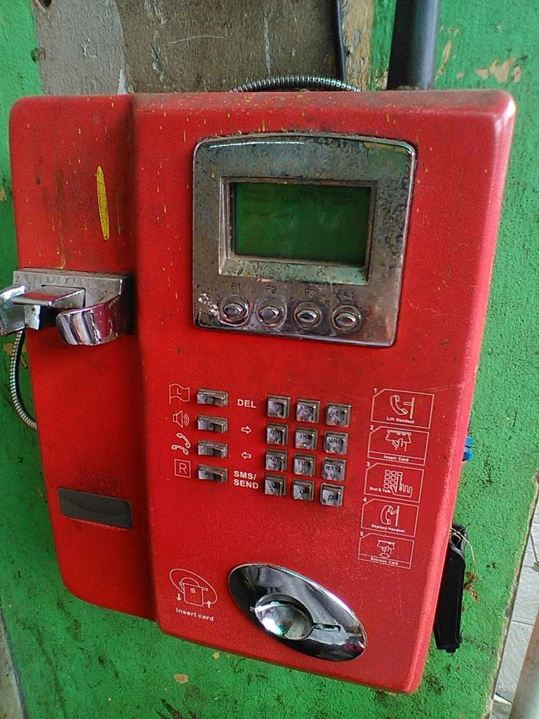 Telepon umum yang teronggok, sunyi sendiri di keramaian Plaza Bogor