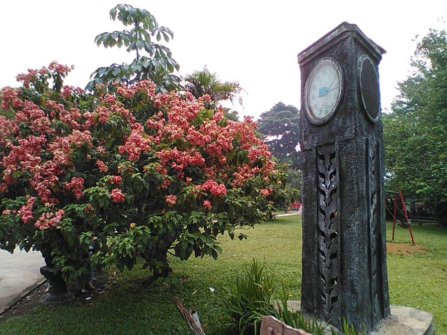 Jam yang tegak di Taman Kencana