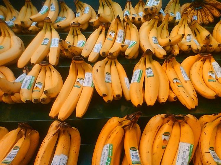 Pisang tertata rapi di sebuah supermarket
