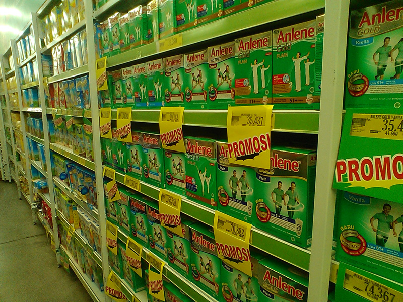 Deretan produk di sebuah supermarket (mode: night)