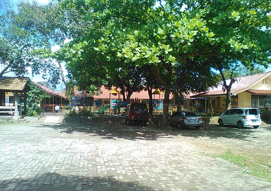 Halaman parkir cukup luas, dan berpagar sebelum memasuki area sekolah