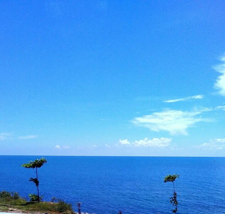 Laut dan langit bersatu dalam biru