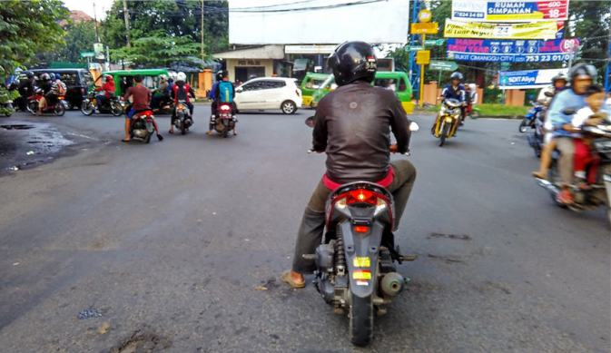 Pelanggaran ganda: melanggar marka dan tak bernomor kendaraan