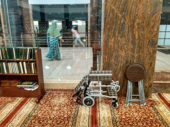 Kursi roda untuk manula